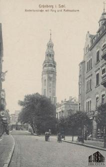 Zielona Góra / Grünberg i. Schl.; Niedertorstraße mit Ring und Rathausturm