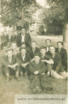 Fotografia zbiorowa młodych mężczyzn