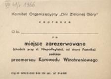 """Komitet Organizacyjny """"Dni Zielonej Góry"""" zaprasza na miejsce zarezerwowane (chodnik przy al. Niepodległości, od strony Pomnika) podczas przemarszu Korowodu Winobraniowego [w 1966 r.]"""
